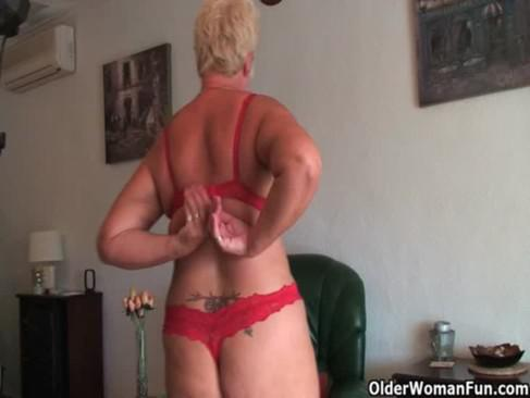 Full figured grandma gives old pussy a workout 4
