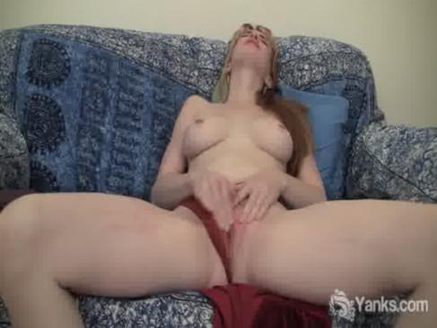 on-sebe-drochit-a-ey-masturbiruet-video