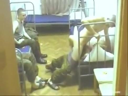 shikarnie-video-podsmotreno-v-kazarme-seksa-rakom-porno