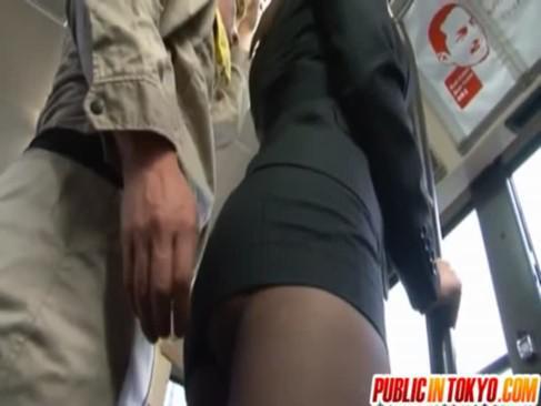 Лапают под юбкой в автобусе