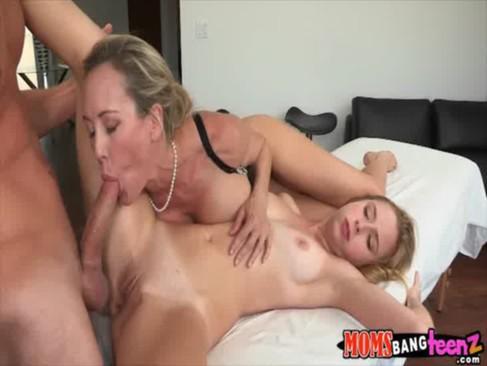 Порно спалил мамку и стал жестко трахать